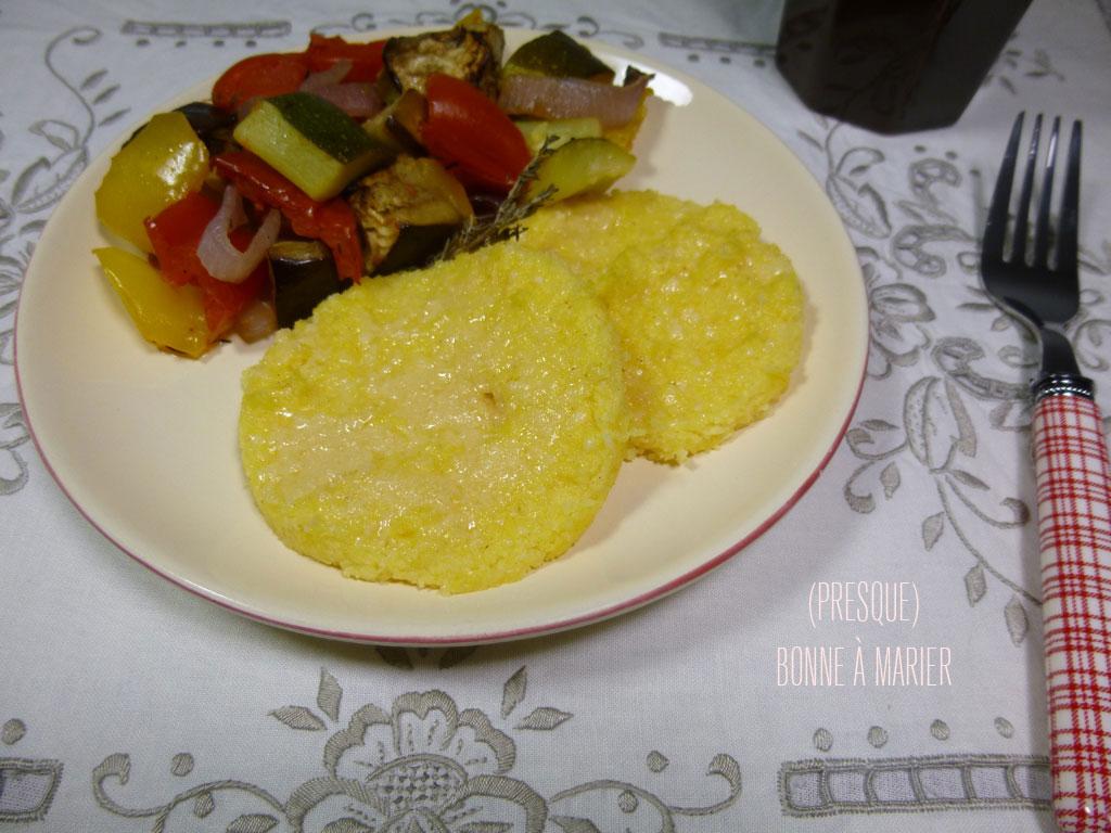 Légumes d'été rôtis au four et polenta au parmesan