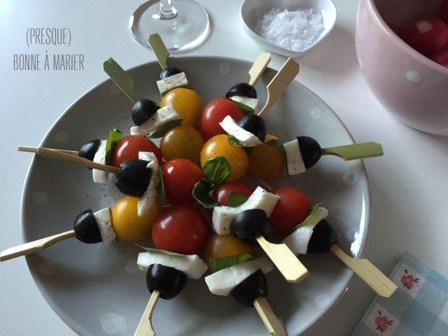 Brochettes apéritives de tomates cerises et mozzarella aux olives