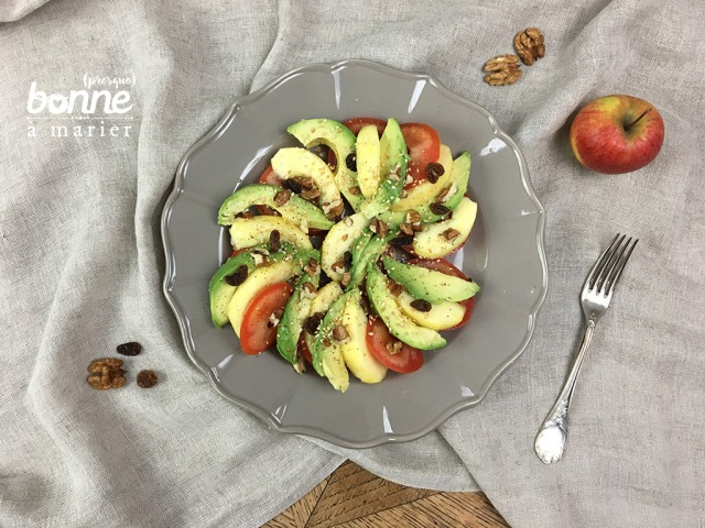 Salade sucrée salée à l'avocat, tomate et pomme