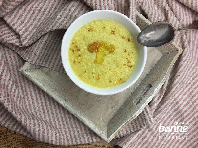 Velouté zéro déchet de feuilles et trognon de chou-fleur, coco et curry