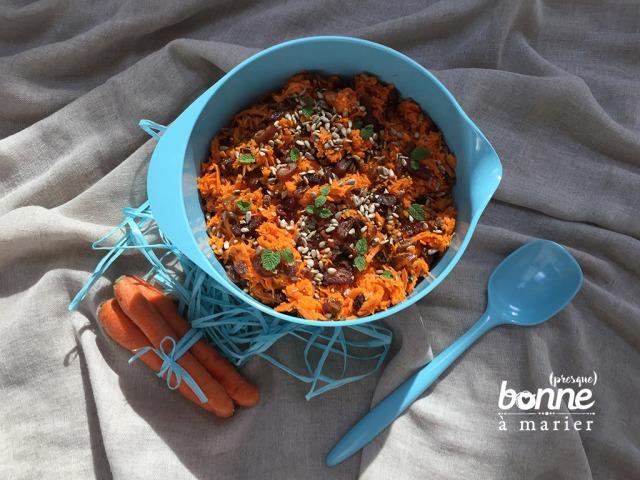 Salade de carottes sucrées salées aux dattes, raisins secs et à la menthe
