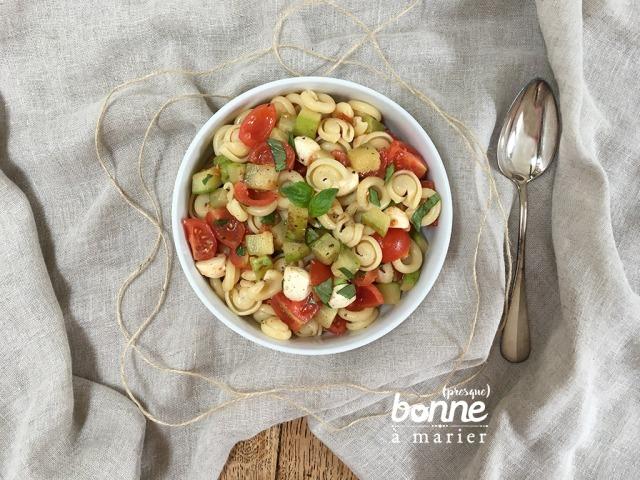 Salade de pâtes aux courgettes sautées à l'ail, tomates cerises, billes de mozzarella et basilic